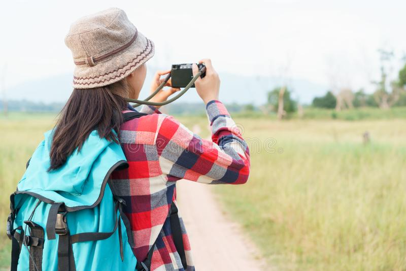 Azjatycka turystyczna kobieta bierze fotografię cyfrowej kamery natury widokiem górskim Młoda dziewczyna jest podróżna na wakacje zdjęcia stock