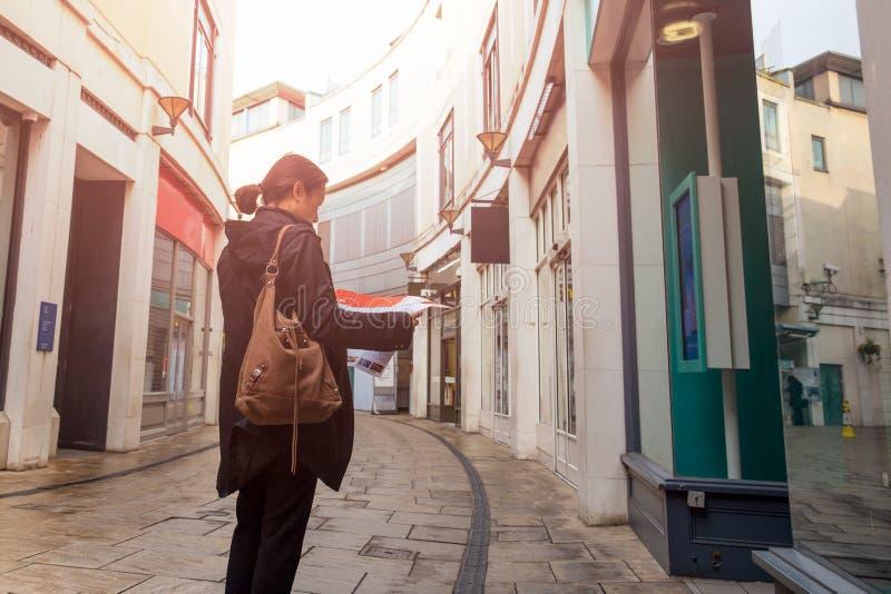Azjatycka turystyczna kobieta patrzeje mapę na ulicie miasteczko fotografia royalty free