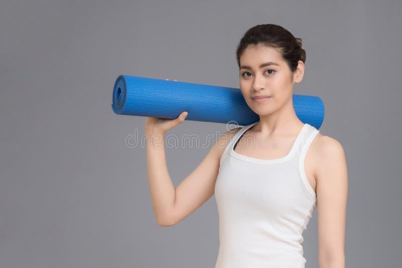 Azjatycka zdrowa kobieta przygotowywająca ćwiczyć przy sporta gym zdjęcie royalty free