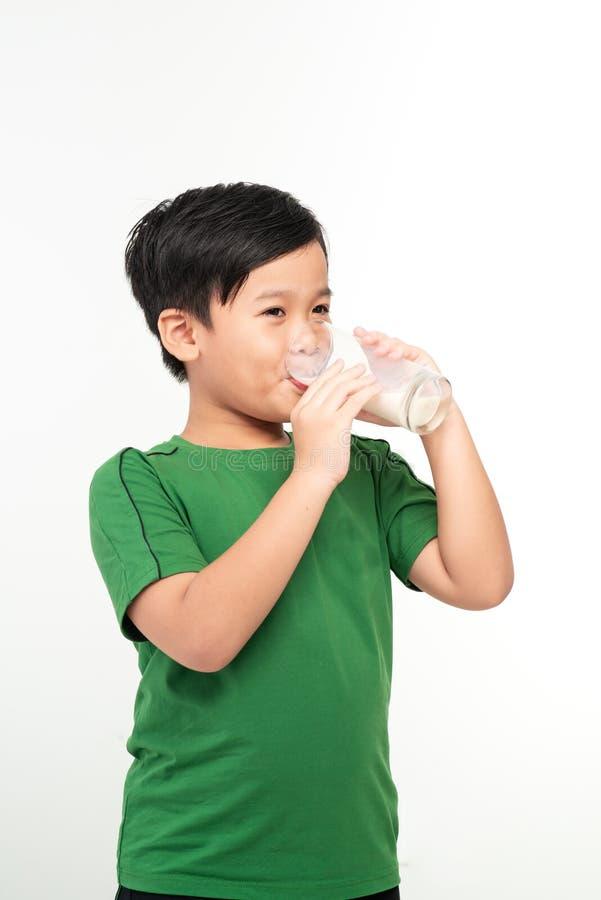 Azjatycki śliczny chłopiec pije mleko obrazy royalty free