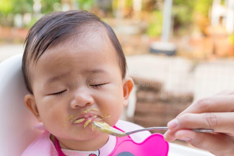 Azjatycki śliczny dziecka łasowania jedzenie obraz royalty free