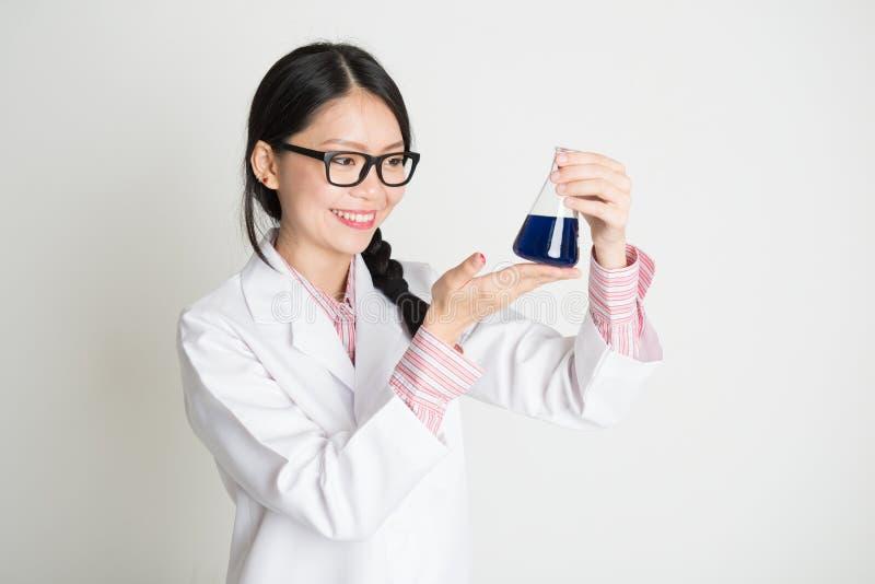 Azjatycki żeński biochemia uczeń zdjęcie royalty free
