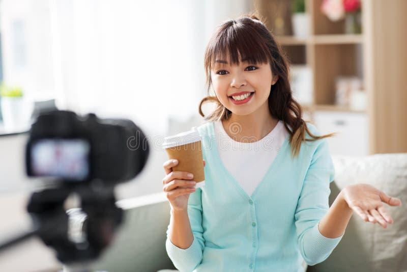 Azjatycki żeński blogger z kawowym magnetofonowym wideo fotografia royalty free
