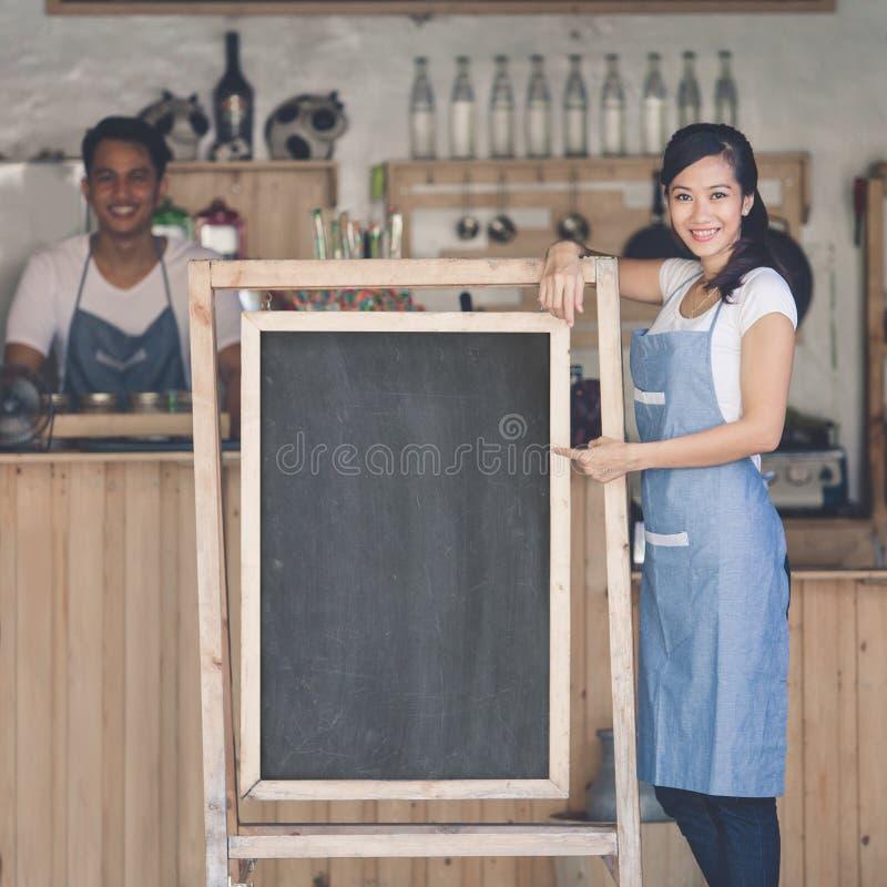 Azjatycki żeński cukierniany właściciel z puste miejsce deską zdjęcie royalty free