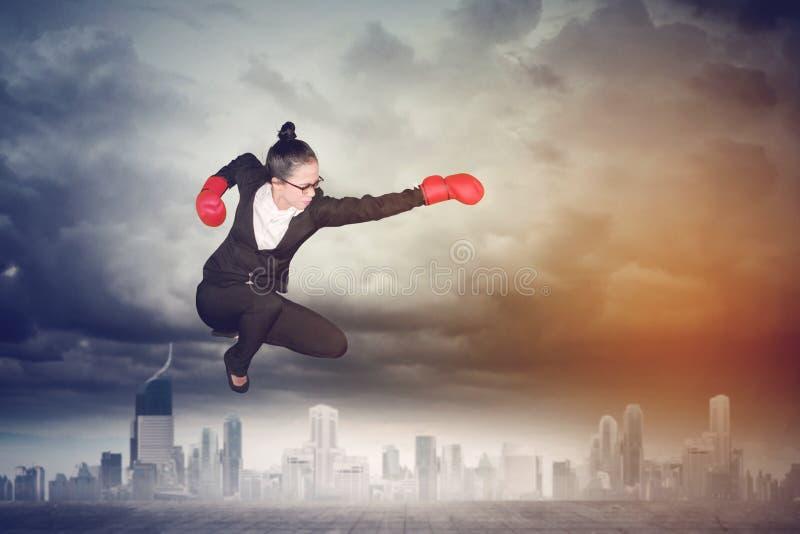 Azjatycki żeński przedsiębiorca z bokserskimi rękawiczkami ilustracja wektor
