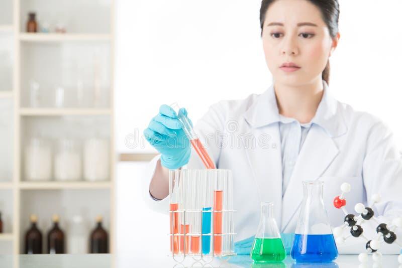 Azjatycki żeński sądowy naukowiec Pracuje na ten cudu lekarstwie zdjęcia stock