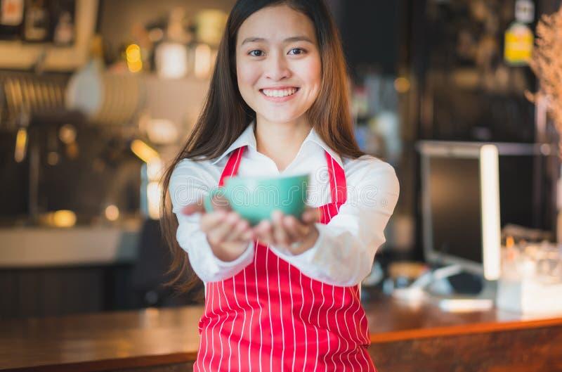 Azjatycki barista słuzyć filiżanka klient zdjęcia royalty free