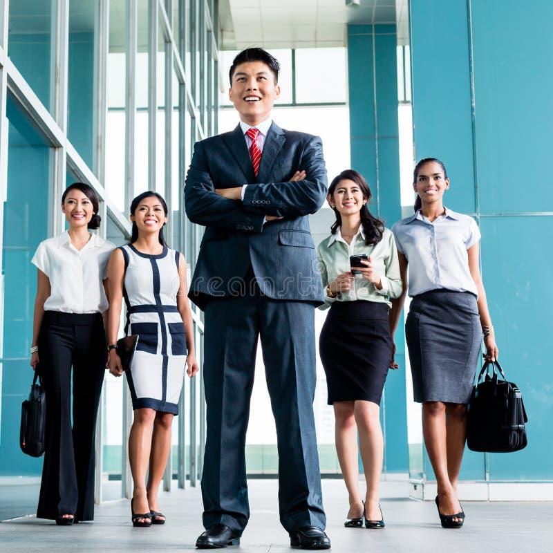 Azjatycki biznes drużyny wmarsz w biuro zdjęcia stock