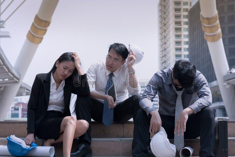 Azjatycki biznesmen i kobieta konstruujemy architekta profesjonalisty grou zdjęcie royalty free