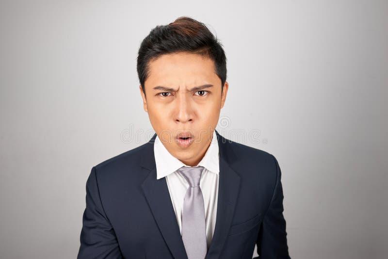 Azjatycki biznesmen patrzeje kompletnie szokujący zdjęcie royalty free