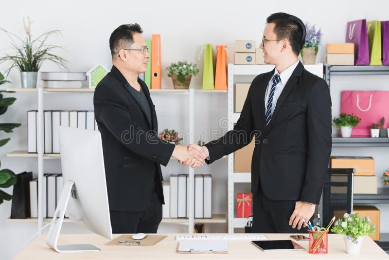 Azjatycki biznesmen przy biurem obraz stock
