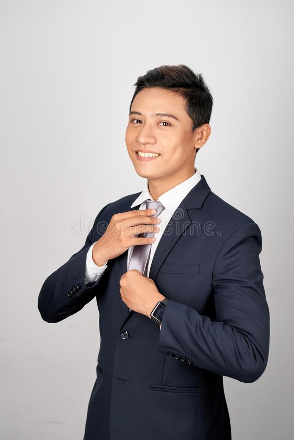 Azjatycki biznesmen przystosowywa szarość wiąże, odizolowywał na białym tle, fotografia stock