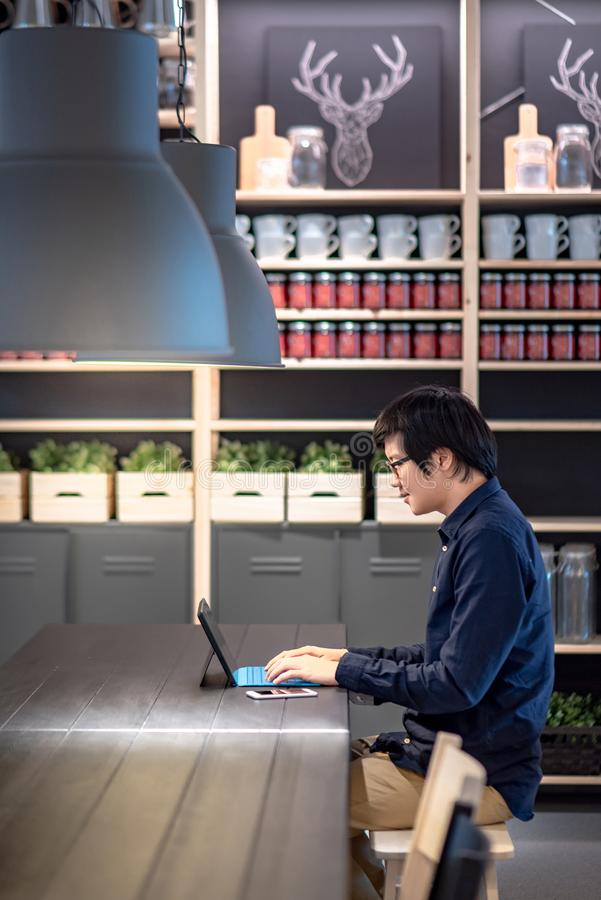 Azjatycki biznesmen używa cyfrową pastylkę w co pracującej przestrzeni zdjęcie royalty free