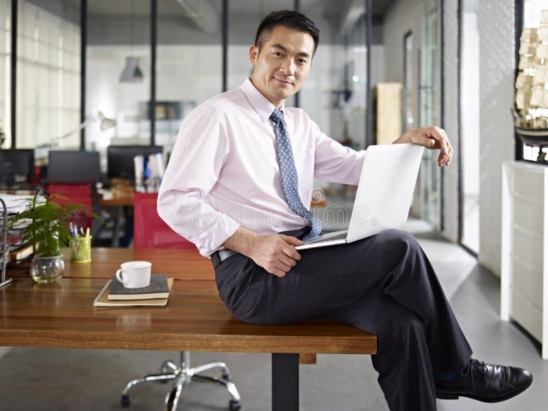 Azjatycki biznesmen w biurze zdjęcia stock