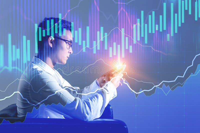 Azjatycki biznesmen w karle, rynków walutowych wykresy zdjęcie stock