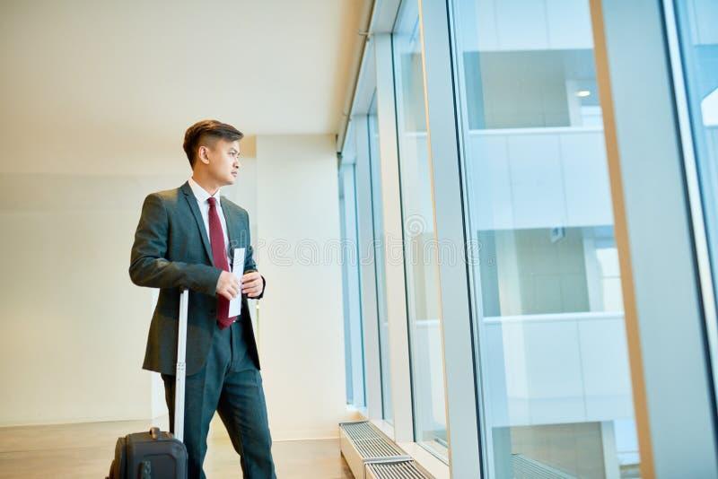 Azjatycki biznesmena czekanie w lotnisku zdjęcia stock