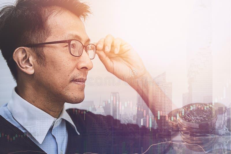 Azjatycki biznesmena główkowanie, wzrok przyszłościowy biznes i obraz royalty free