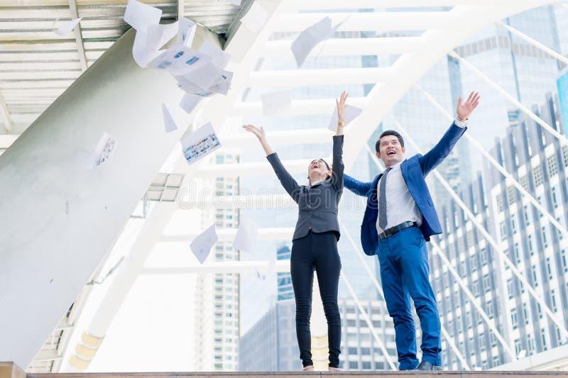 Azjatycki biznesmena i bizneswomanu miotanie tapetuje w powietrzu rozochocony i przesławny dla biznesowy pomyślnego zdjęcie stock