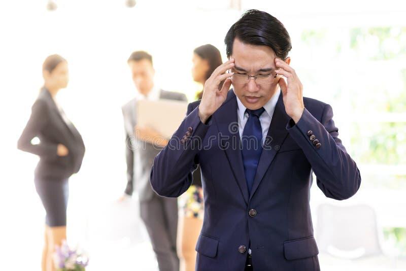 Azjatycki biznesmena napięcie i dostać wywierającym nacisk zdjęcia royalty free