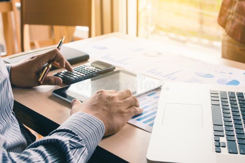 Azjatycki biznesmena odciskania guzik na kalkulatorze i kalkuluje ab obraz stock