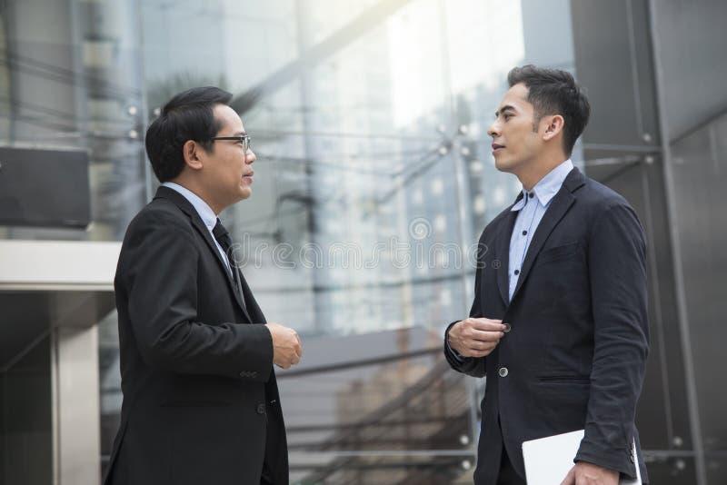 Azjatycki biznesmena partner konsultuje i dyskutuje dla biznesu obraz royalty free