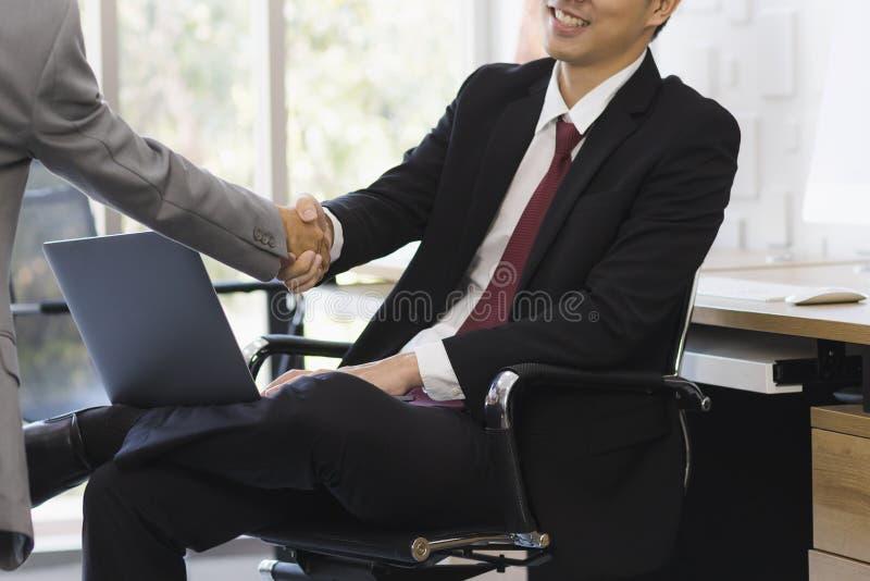 Azjatycki biznesmena u?cisk d?oni wp?lnie w biurze zdjęcia stock