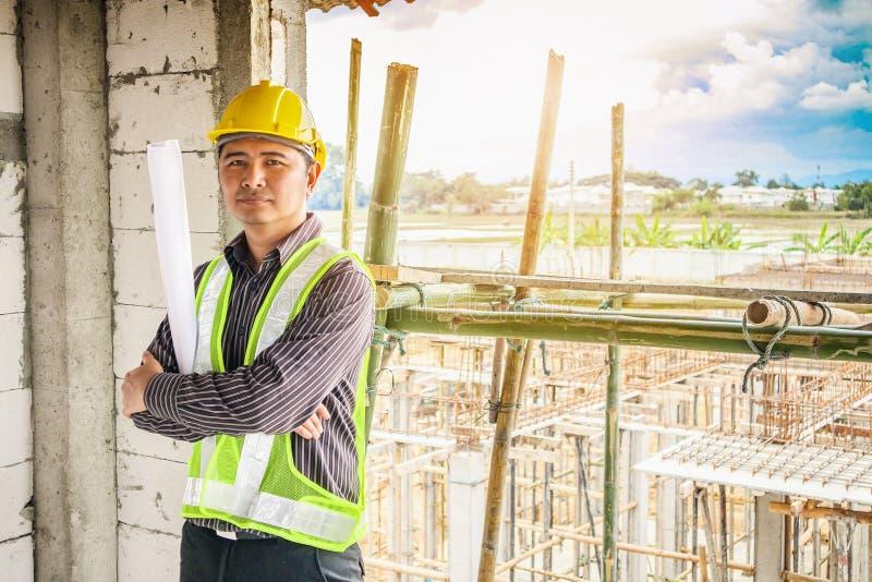 Azjatycki biznesowego mężczyzna budowy inżyniera pracownik przy placem budowy zdjęcie stock