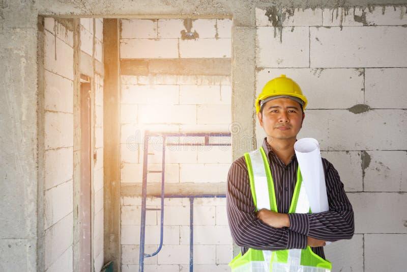 Azjatycki biznesowego mężczyzna budowy inżyniera pracownik przy placem budowy obrazy royalty free