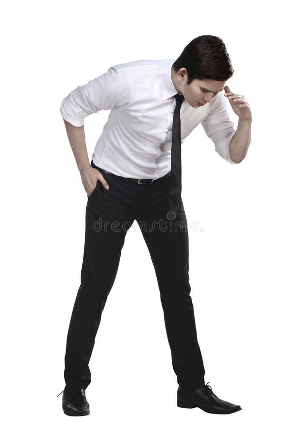 Azjatycki biznesowego mężczyzna spojrzenia puszek seaarching coś obraz stock
