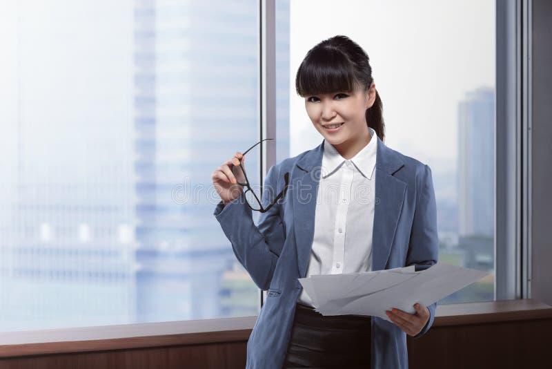 Azjatycki biznesowej kobiety mienia papier i szkła zdjęcie stock