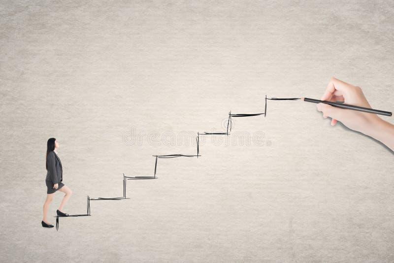 Azjatycki biznesowej kobiety spacer na schodkach zdjęcie stock