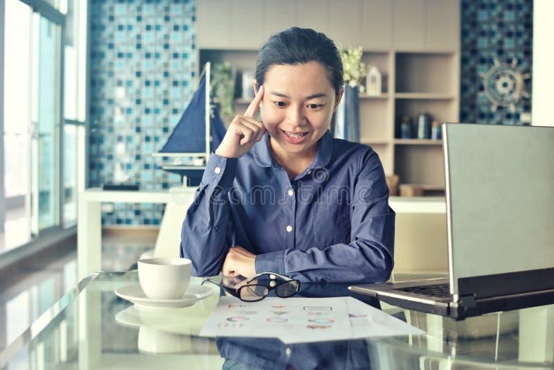Azjatycki biznesowej kobiety sukcesu szczęśliwy dostawać pomysł obrazy stock
