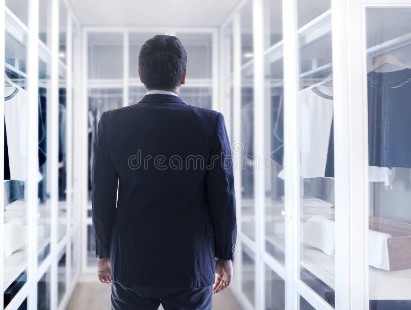 Azjatycki biznesowy mężczyzna ubiera w górę spaceru w odzieżowej garderobie z fotografia royalty free
