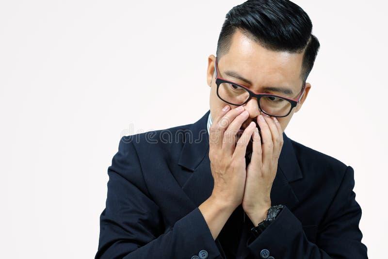 Azjatycki biznesowy mężczyzna z jego rękami spinać stawia czoło fotografia stock