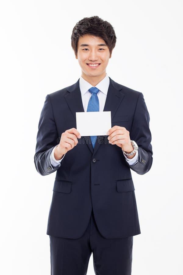 Azjatycki biznesowy mężczyzna z pustą kartą. zdjęcia royalty free