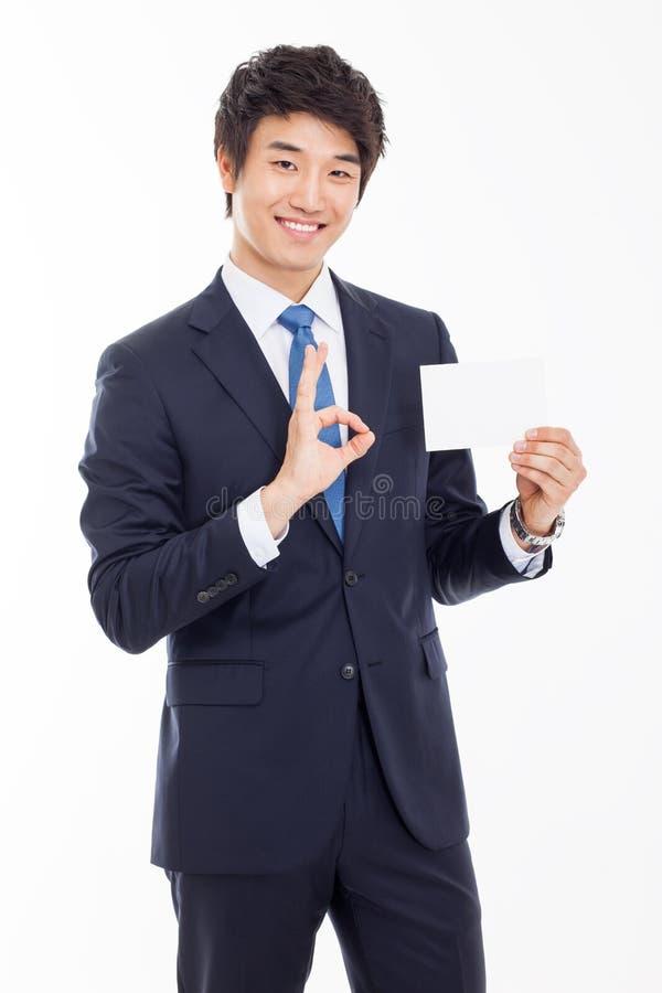 Azjatycki biznesowy mężczyzna z pustą kartą. zdjęcie royalty free