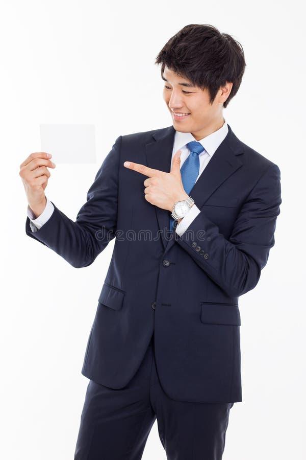 Azjatycki biznesowy mężczyzna z pustą kartą. obraz royalty free
