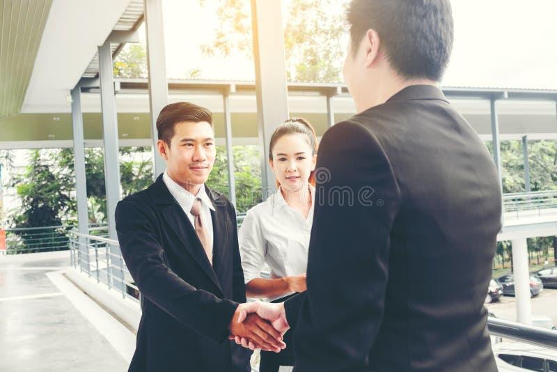 Azjatycki Biznesowy uścisk dłoni przy miastem na zewnątrz biurowego sukcesu pojęcia fotografia royalty free