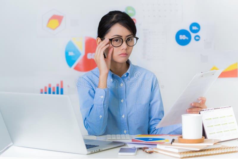 Azjatycki bizneswoman ciekawy podczas gdy działanie finanse i biznes obraz royalty free