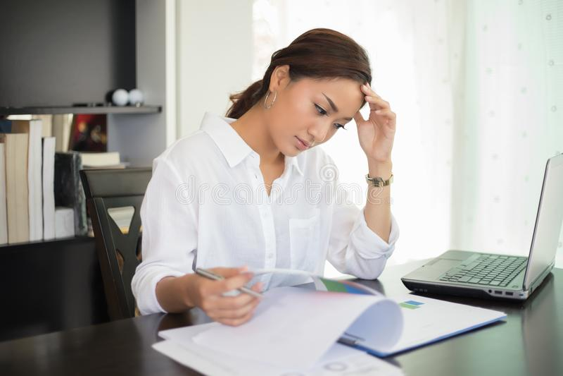 Azjatycki bizneswoman i kobieta uczeń poważny o czytaniu zdjęcia stock