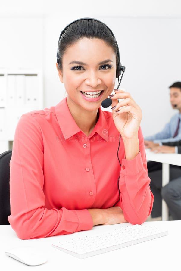 Azjatycki bizneswoman jest ubranym mikrofon słuchawki w biurze obrazy stock