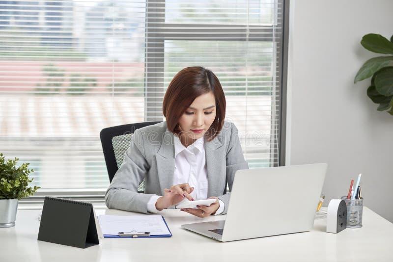 Azjatycki bizneswoman lub księgowy pracuje wskazujący, używać kalkulatora wykres analizy i dyskusji dane wykresy i i mapy zdjęcie royalty free