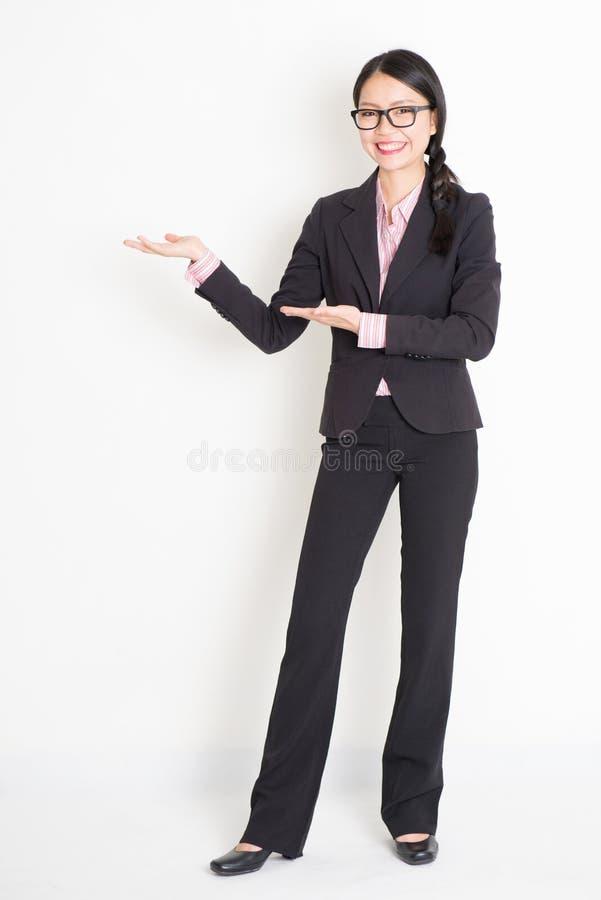 Azjatycki bizneswoman pokazuje coś zdjęcie stock