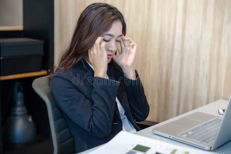 Azjatycki bizneswoman poważny o pracie mocno robić do zdjęcie stock