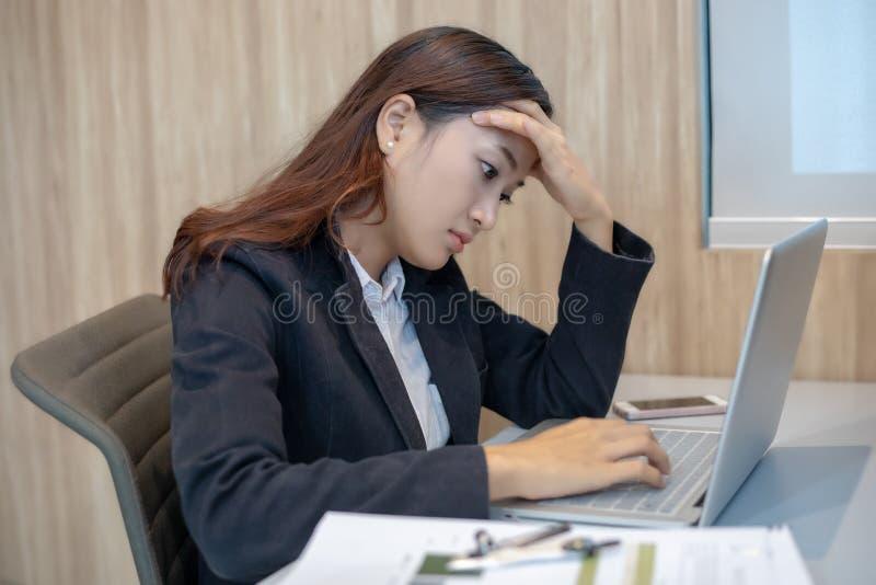 Azjatycki bizneswoman poważny o pracie mocno robić do zdjęcia stock