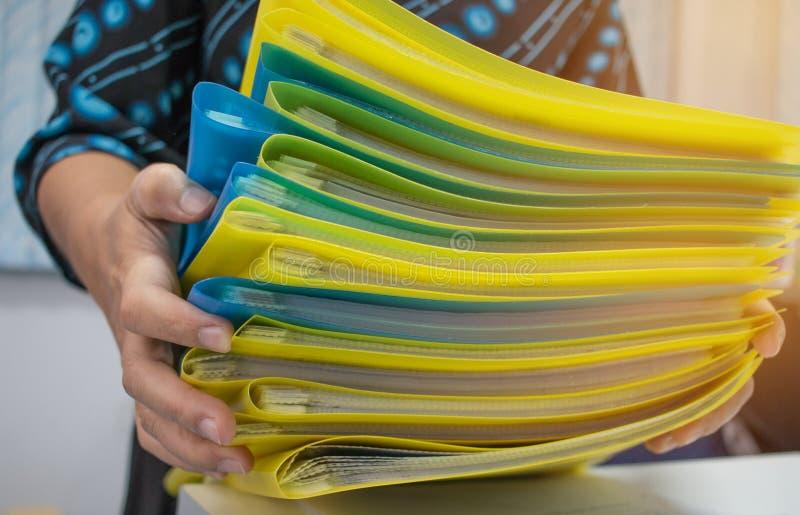 Azjatycki bizneswoman trzyma wiele dokument sterty falcówki wewnątrz obraz royalty free
