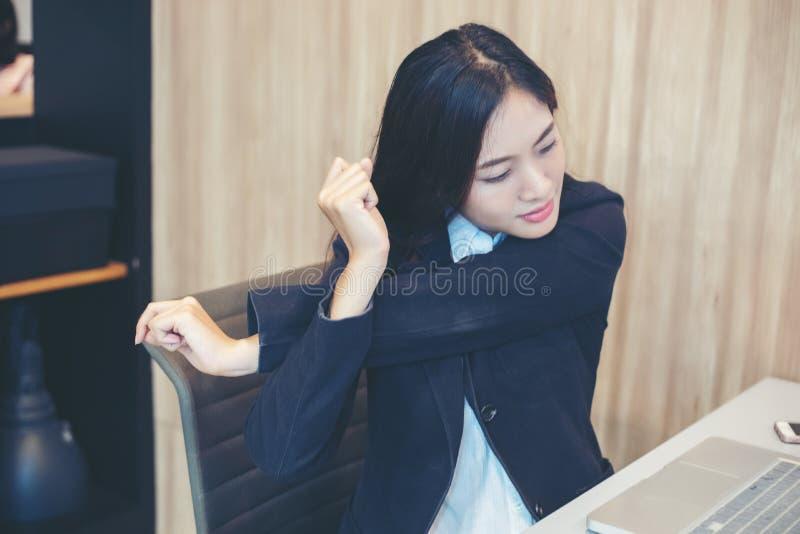 Azjatycki bizneswomanu rozciąganie po pracy mocno w biurze obrazy stock