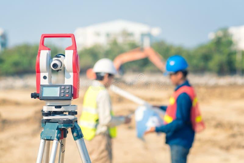 Azjatycki budowa inżynier sprawdza budowa rysunek obrazy stock