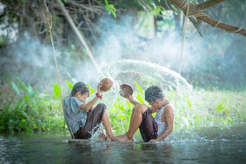 Azjatycki chłopiec i dziewczyny bawić się obraz royalty free