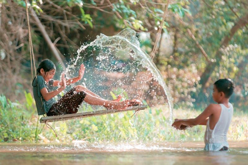 Azjatycki chłopiec i dziewczyny bawić się zdjęcie royalty free